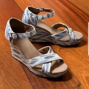 💙Toms Sienna Blue and White Wedge Heels💙